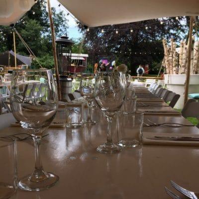 Gedekte tafel onder spantent