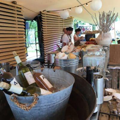 Catering barbecue op locatie wijnflessen