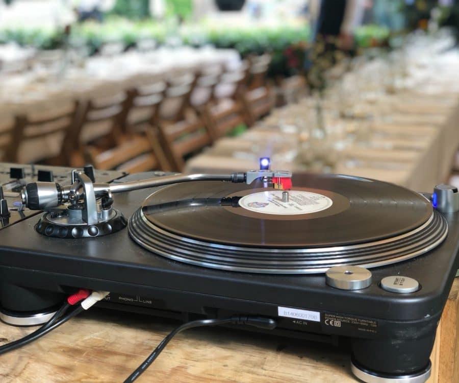 gezellig vinyl draaien bij boode