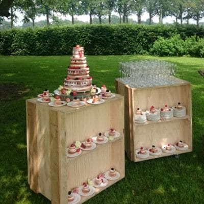 Boode catering op outdoor trouwfeest
